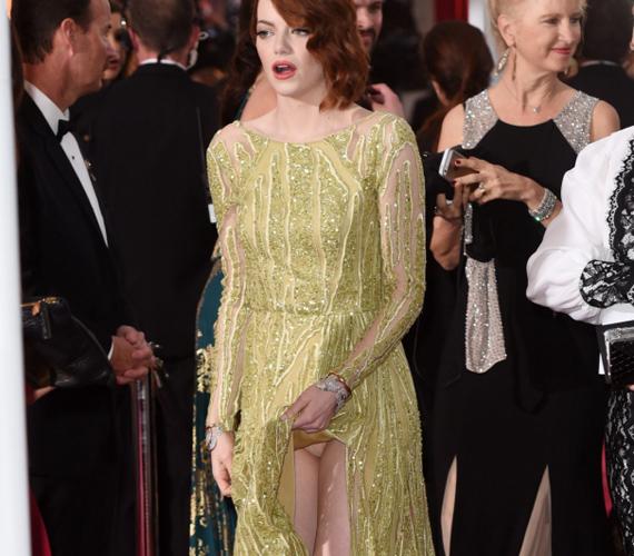 Szegény Emma Stone csak a ruháját igazgatta az Oscar-díjátadón, azonban a fotósok kihasználták másodpercnyi figyelmetlenségét, és megörökítették a híresség kivillanó bugyiját. Nem elég, hogy az aranyszobrocskát sem sikerült megkapnia, még egy kínos fotóval is gazdagodott a színésznő.