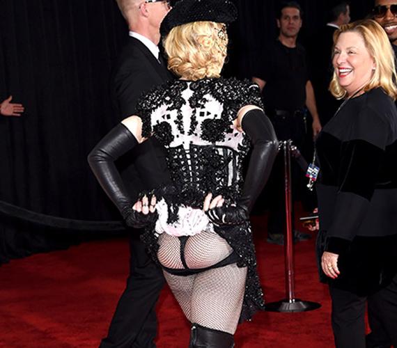 Az 56 éves Madonnát nem a szél vagy a ruhája viccelte meg: önként villantotta meg fekete csipkebugyiját a Grammy-díjátadón. Az énekesnő ruhája amúgy sem volt egy szolid darab, semmit sem bízott a fantáziára. A leginkább matadorjelmezre hasonlító együttest hozzá illő kalappal és fekete neccharisnyával kombinálta. Igaz, maga Madonna soha nem volt az a szégyenlős fajta.
