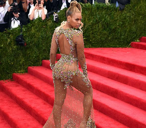 Beyoncé az idei MET-gálán jelent meg a kövekkel kirakott, szinte semmit nem takaró Riccardo Tisci dizájner által megálmodott ruhában. Érdekesség, hogy cipőnek is egy nude színű darabot választottak, ami csak tovább fokozta a meztelen összhatást.