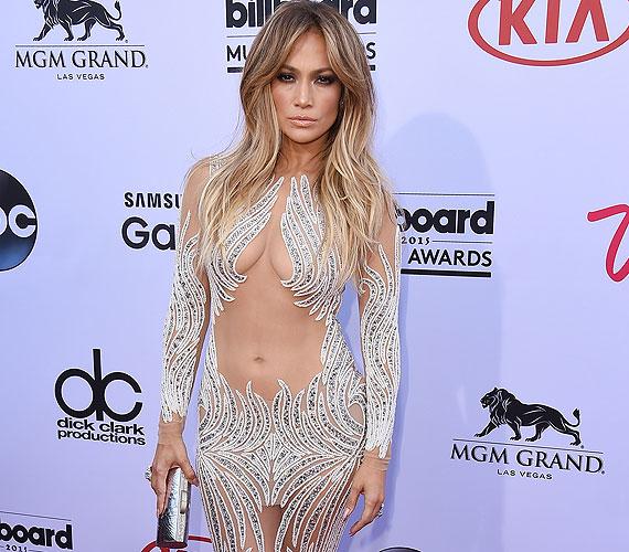 Jennifer Lopez bomba formában van, és ezt büszkén meg is mutatja a legnagyobb partikon. Olyannyira, hogy egy fehér és nude, Charbel Zoe által tervezett ruhában tündökölt a Billbords Music Awardson - két héttel azután, hogy a MET-gálán is egy hasonlóan sokat mutató szettben lépett a közönség elé.
