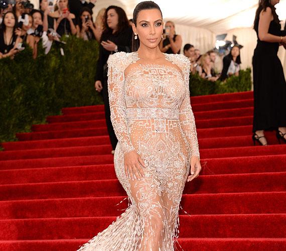 Van egy sztár, aki biztosan nem maradhat ki a sorból, ha testének megmutatásáról van szó - Kim Kardashian szintén a MET-gálára választott egy hófehér, uszályos Roberto Cavalli-pucérruhát.