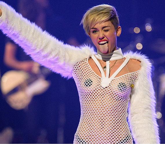 Ha extrém megjelenés, akkor Miley Cyrus. Az énekesnő az iHeart Music fesztiválon sokkolta a közönséget neccruhájával, amit még egy kis szőrmével is feldobott. Egy vékony tangát azért alávett, illetve a mellbimbóit is sikerült eltakarnia.