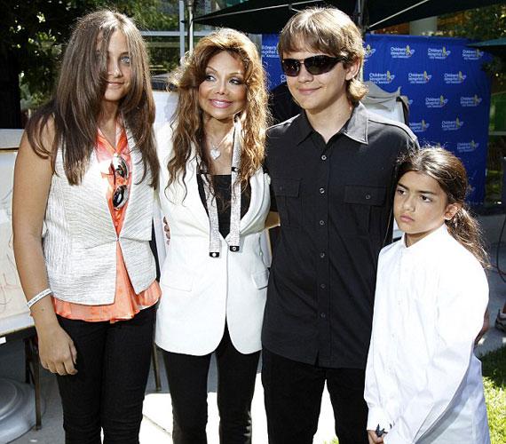 A 2009-ben elhunyt Michael Jackson gyerekeit ezúttal közös fotón láthatod.
