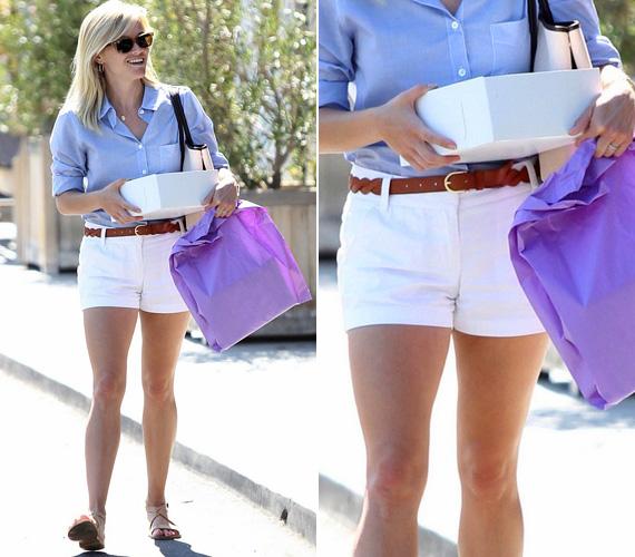 Reese Witherspoon mindig nagyon csinos, ezúttal fehér sortban mutatta meg formás combjait.