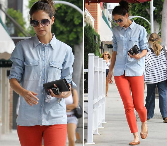 Katie Holmesnak sikerült meglepnie a közvéleményt, amikor egy piros cicanadrágban és egy kék ingben indult kávézni Nyugat-Hollywoodban.