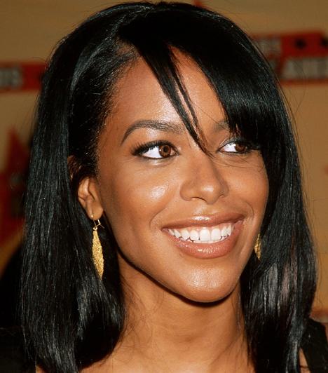 Aaliyah (1979-2001)  Az énekesnő mindössze 22 éves volt, amikor elhunyt. A Bahama-szigeteken Rock the Boat című dalához forgatott egy videót, miután a munkát befejezték, Cessna 402B típusú kisrepülővel szerettek volna visszautazni Miamiba. A gép a felszállást követően irányíthatatlanná vált és pár másodperc múlva a földbe csapódott. A tragikus balesetet sem az énekesnő, sem a stáb többi tagja nem élte túl.