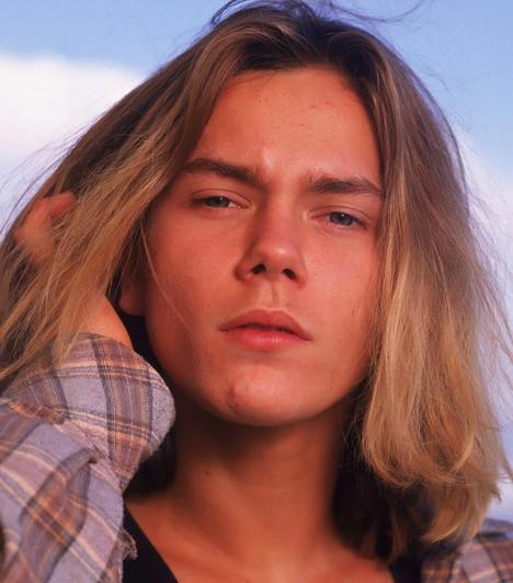 River Phoenix (1970-1993)  Ígéretes tehetségnek számított Hollywoodban, már 19 évesen Oscar-díjra jelölték. A szintén színész, Joaquin Phoenix bátyja, és köztudottan a kábítószer rabja volt. Barátja, Johnny Depp szórakozóhelyén lett rosszul, összeesett, majd a mentők kiérkezése előtt Joaquin karjaiban halt meg kábítószer-túladagolás következtében.