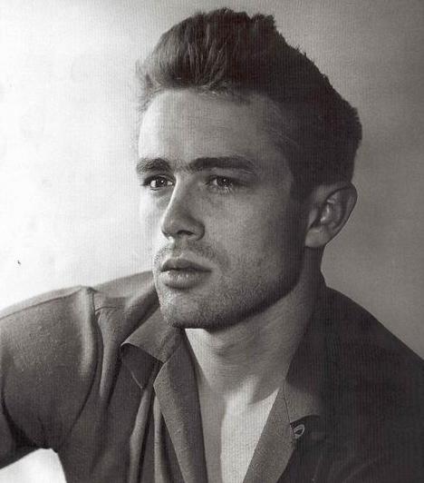 James Dean (1931-1955)  Az amerikai színész mindössze három nagyobb filmben szerepelt, halála után mégis igazi legenda lett belőle. Két Oscar-jelölését is ezután kapta. A 24 évesen elhunyt színész Porsche 550 Spyder típusú sportautója frontálisan ütközött egy Forddal, Dean pedig a baleset következtében szerzett sérüléseibe halt bele.