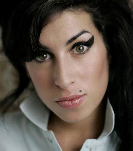 Amy Winehouse (1983-2011)A 27 évesen elhunyt brit énekesnő régóta küzdött alkohol- és drogfüggőséggel, az elvonón is többször megfordult, ám minden kezelés sikertelennek bizonyult. Halálának okairól még mindig vita folyik, egyesek szerint alkoholmérgezést kapott, mások szervi betegségre gyanakodtak.
