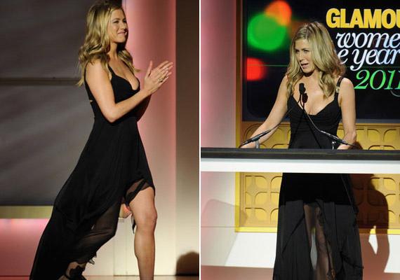 Jennifer Aniston elbűvölően nézett ki a vörös szőnyegen, le sem lehetett róla venni a tekintetet, olyan csinos volt fekete Versace ruhájában.