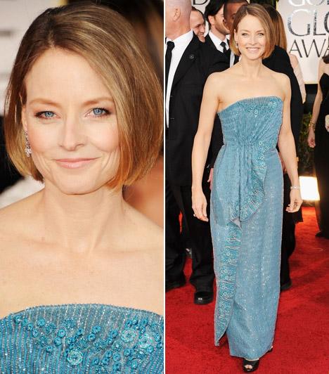 Jodie FosterJodie Foster egy szolid, kék Armani ruhában érkezett a díjátadóra, mely remekül kiemelte szeme színét.
