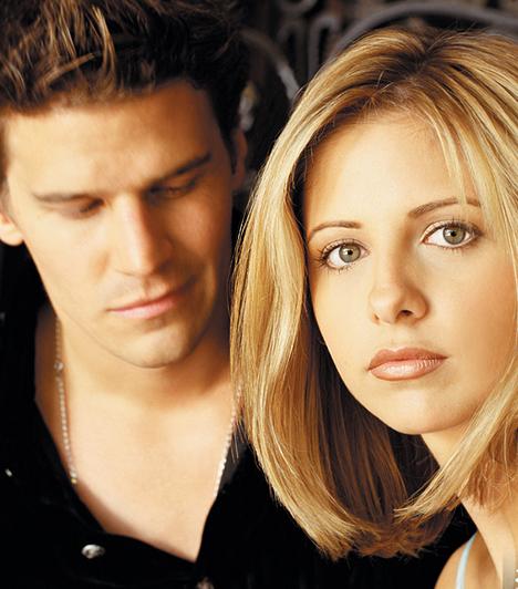 Buffy és Angel  A kilencvenes évek népszerű tinisorozata volt a Buffy, a vámpírok réme. Főhősnője amellett, hogy vicsorgó szörnyeket ölt, különös vonzalmat táplált egy vámpír, Angelus iránt. Ilyen volt, ilyen lett: Sarah Michelle Gellar »