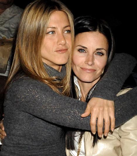 Rachel és Monica  Az 1969-es születésű Jennifer Aniston és a nála öt évvel idősebb Courteney Cox az életben is barátságot kötöttek a Jóbarátok forgatása alatt. Aniston a keresztanyja a színésznő kislányának, Cocónak is.