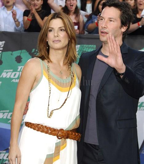 Bullock és Reeves  Keanu Reeves neve a Féktelenül óta leginkább a Mátrixból ismert, Sandra Bullock pedig visszatért a jól bevált romantikus komédiák világához. Ugyanakkor jó volt ismét együtt látni őket a 2006-os Ház a tónál szerelmespárjaként.