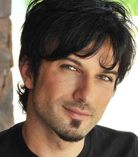 Tarkan                         A török énekes 1972-ben született az NSZK-ban, majd 14 éves korában költözött haza családjával Törökországba. Itt indult el énekesi karrierje a Simarik című dallal, ami később világsláger lett.