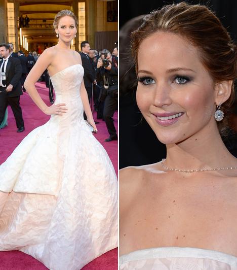 Jennifer Lawrence                         A legjobb színésznőnek járó díjjal jutalmazott 23 éves színésznő kedvenc tervezője, Dior ruhájában jelent meg ismét a vörös szőnyegen.