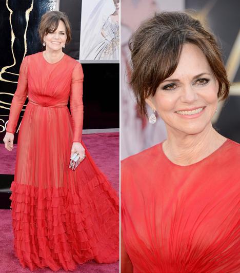 Sally Field                         A Lincolnban nyújtott alakításáért a legjobb női mellékszereplőnek járó díjra jelölt 66 éves színésznő egy piros, uszályos ruhát választott a vörös szőnyegre.