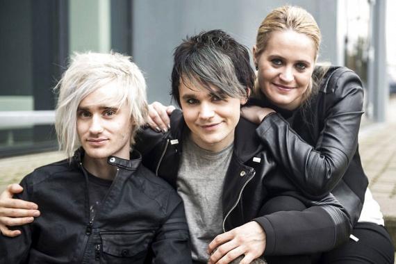 Habár még csak 26 éves, Charlie régóta zenél, jelenleg a Bracelet nevű svéd együttes frontembere, amit két gyerekkori barátjával alapított.