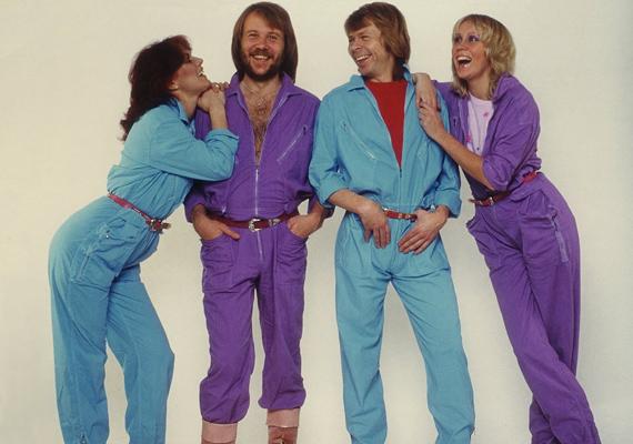 Lila és kék overallban pózolnak az együttes tagjai. Hogy még nőiesebb hatást keltsen, egy csinos kis övvel is megtoldották a szerelést. Szegény Björn és Benny!