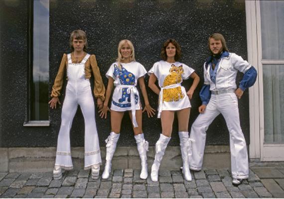 A Best of ABBA album borítóján ebben az elképesztő szerelésben pózolnak az együttes tagjai. A lányok cicás miniruháját még megértjük, de a fiúkra ki adhatta rá azt a rojtos aljú, bő szárú nadrágot?
