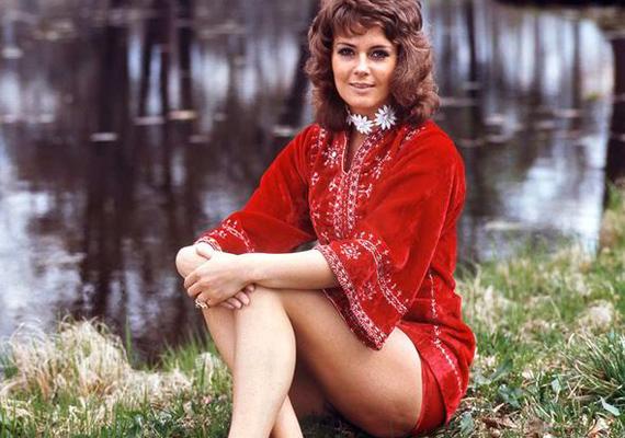 Meglepő, milyen ártatlannak tűnik ebben az extramini piros ruhában. Az énekesnő szívesen mutogatta formás lábait.