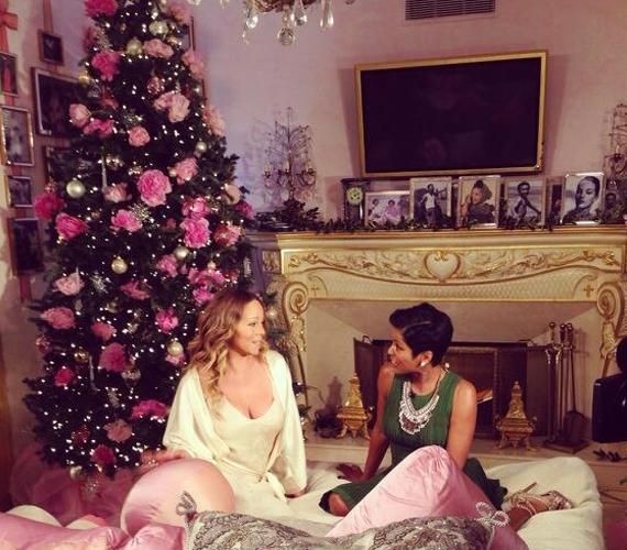 Mariah Carey a karácsonyfa előtt adott interjút is.