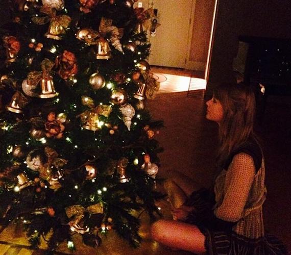 Taylor Swift az angyalkára várva.