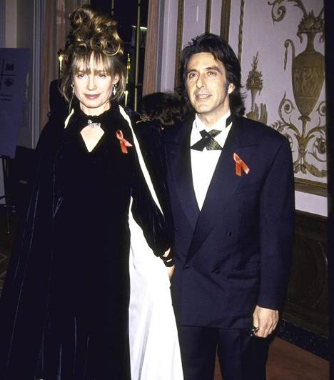 Nem nősült megAl Pacino sosem szerette kiteregetni magánéletét - a sztár sosem nősült meg. Ez a fotó 1993-ban készült róla egyik barátnőjével, a vágó Lyndall Hobbs oldalán.