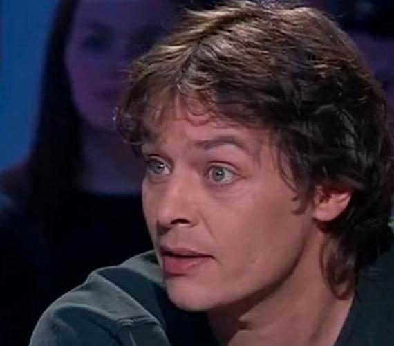 Christian Aaron Boulogne, aki holnap lesz 53 éves, Alain Delon legidősebb, de törvénytelen gyermeke, akinek a francia énekesnő Nico volt az édesanyja. Nico 1988-ban biciklizés közben agyvérzést kapott, a kórházban pedig tévesen napszúrással kezelték, ezért meghalt. Christian Aaron, vagy ahogy becézik Ari Delon szüleinél nőtt fel. Színészként dolgozott, ám súlyos drogfüggősége miatt már régen nem lehetett róla hallani. Ez a több éves fotó a legfrissebb róla.