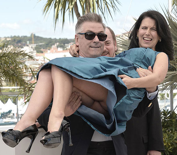 Alec Baldwin túlságosan magasra emelte várandós feleségét: a fotósok a szoknyája alá is beláttak - természetesen a fényképezőképüket sem felejtették el elkattintani.
