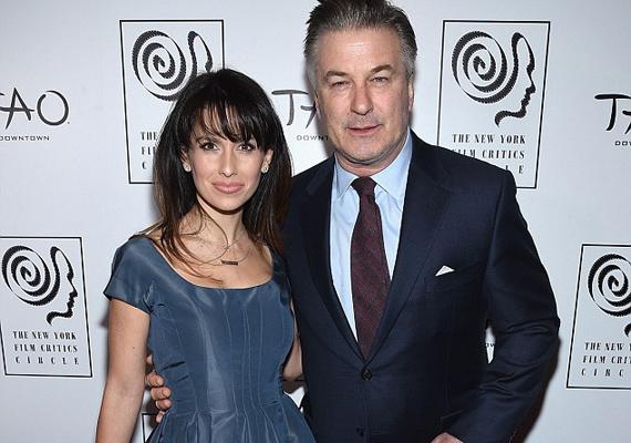 Habár 26 év a korkülönbség, csak úgy dúl a szerelem a pár között. A hétfő este tartott New York Film Critics Circle Awards gálán alig bírták elengedni egymást, a sztár keze mindig felesége derekán volt.