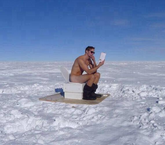 A rajongók még emlékezhetnek, hogy a True Blood hatodik évadjának utolsó epizódjában is meztelenkedett a havas hegycsúcson Alexander Skarsgard, bár ez a kép most valamivel bizarrabb.