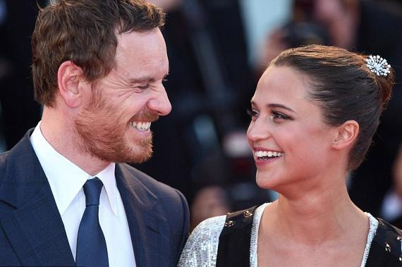 Már azt is rebesgetik, hogy a pár titokban összeházasodott, ami a képeket elnézve nem is lenne olyan meglepő - szinte árad belőlük a boldogság.