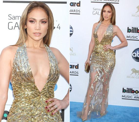 Jennifer Lopez merész dekoltázst villantott keveset takaró, arany ruhájában.