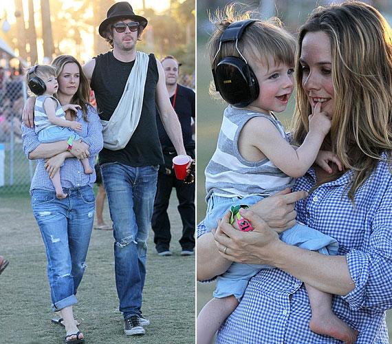 A 35 éves színésznő családjával ment kikapcsolódni a rangos zenei eseményre: a szülők még a 11 hónapos Beart is magukkal vitték.