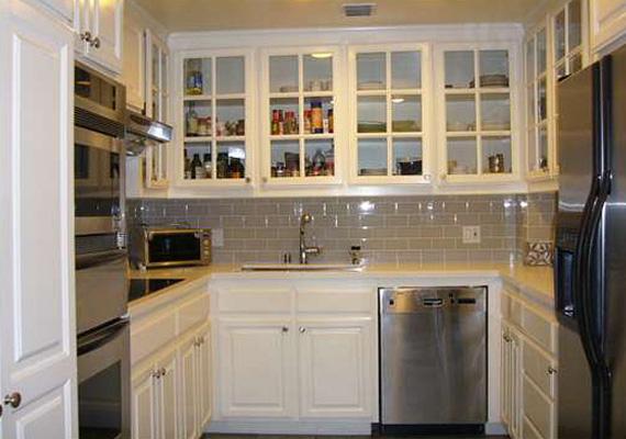 A lakáshoz egy aprócska, de minden lényeges eszközzel felszerelt konyhafülke tartozik.