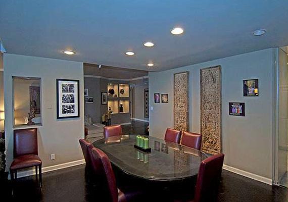 A keményfa asztalú étkezőszalon ünnepélyes alkalmakkor és a mindennapi étkezés során is megállja a helyét, a bőrszékek időtlen eleganciát kölcsönöznek a helyiségnek.