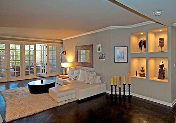 Mind a belső berendezés, mind az erkély fonott bútorai bensőségességet kölcsönöznek a lakásnak, ahol könnyen otthon érzi magát az ember.