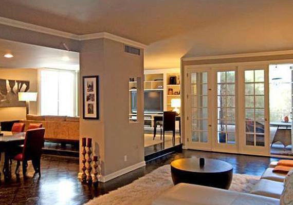 A nappali-étkező tágas térben helyezkedik el, ahol a nyitottság ellenére elkülönülnek a funkcionális terek. A tévésarokban kényelmes kanapé várja a lakókat, aki pedig beszélgetni vágyik, az egy másik kanapésoron foglalhat helyet, vagy az erkélyre is kimehet.