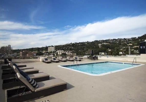 No és persze egy fűtött tetőtéri medencéje is, amelynek partjánál napozva lehet bámulni Los Angelest.