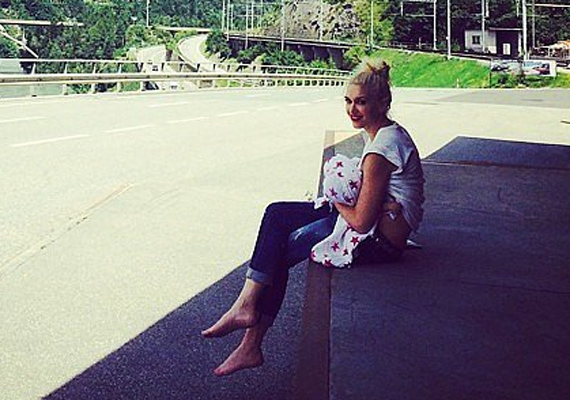 Gwen Stefaniról a nyaralása alatt készült ez a kedves kép, ahol kisfiát szoptatja. Erre a fotóra még azt sem mondhatják, hogy túl sokat mutat a rockos anyukából.