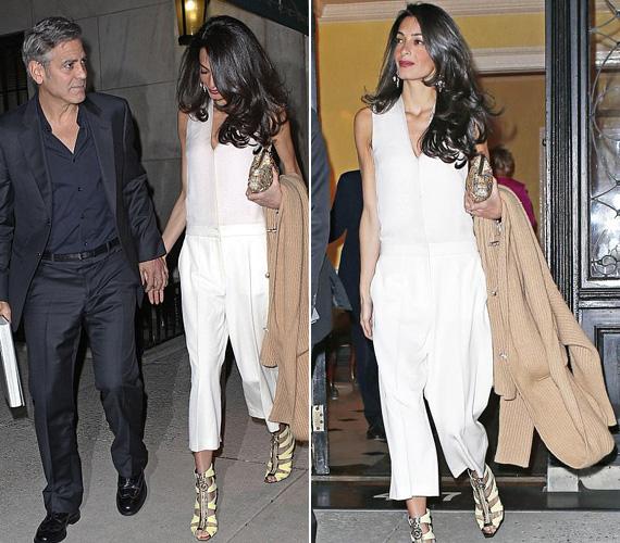 Bár állítólag a hétvégén New Yorkban sem volt nagy meleg, Amal Clooney egy mélyen kivágott fehér overallt húzott, hozzá pedig egy meglehetősen nyitott, bár kétségkívül csinos Versace szandált viselt.