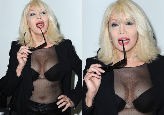 A párizsi divathéten kapták le az énekesnőt. Merész összeállítása és a botoxtól megfagyott arca láttán mindenki megdöbbent.