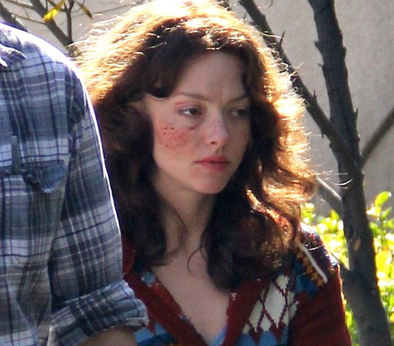 A színésznőt új filmje, a Lovelace forgatásán sminkelték úgy, mintha alaposan helybenhagyták volna.