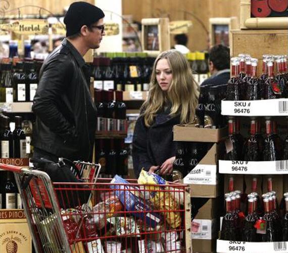 Bevásárlókocsijukat jól megpakolták a hétvégére élelmiszerrel. A US Weekly magazin szerint joghurt, tortilla, chips, müzli, kenyér és gyümölcslé is került az áruk közé.