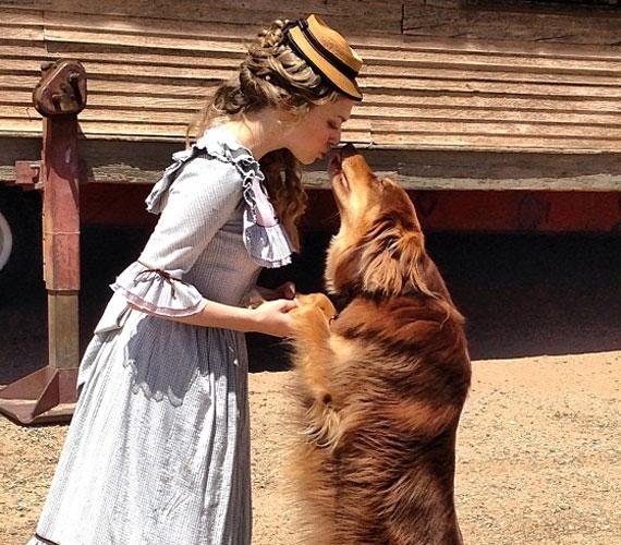 Ha lehet, a kutyus még a forgatásokon is részt vesz, a színésznőt elmondása szerint megnyugtatja a kis jószág jelenléte.