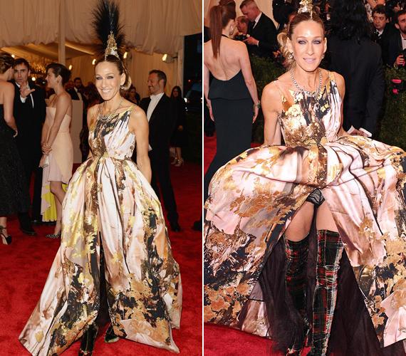 Sarah Jessica Parker a Met-gálán jelent meg az érdekes ruhában, amit túlságosan is magasra emelt és kilátszott a bugyija.