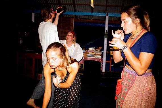 Még a mellei is majdnem kivillantak a buli hevében, amikor Lady Amelia Indiába repült, hogy kitombolja magát a barátaival.