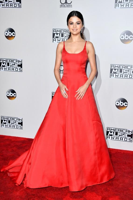 Selena Gomez királynőként pompázott a gálán. Nemcsak a ruhája miatt került középpontba, ő kapta meg a legjobb énekesnőnek járó díjat is.