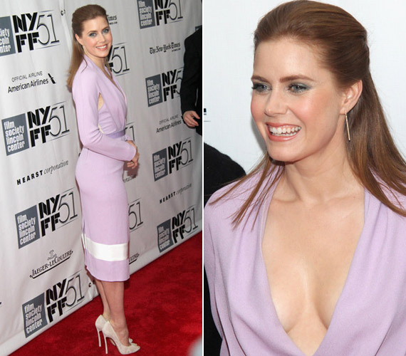 Mostanában egyre több híresség vesz fel mélyen dekoltált ruhát, divat lett a nagy kivágás.